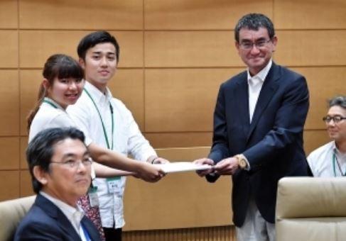 河野太郎議員、新刊『日本を前に進める』で「国際連帯税」を記述